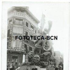 Fotografía antigua: FOTO ORIGINAL VALENCIA FALLA FIESTAS DE FALLAS GENTE AÑOS 60. Lote 193007502