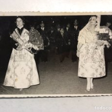 Fotografia antiga: FALLAS VALENCIA. FOTOGRAFÍA DESFILE FALLERAS CON BANDA DE MÚSICA AL ANOCHECER... (A.1958). Lote 193074288
