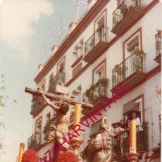 Fotografía antigua: SEMANA SANTA SEVILLA, 1981, MISTERIO HERMANDAD DE LA HINIESTA, 90X130MM. Lote 193899926