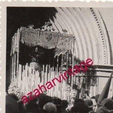 Fotografía antigua: SEMANA SANTA SEVILLA, ANTIQUISIMA FOTOGRAFIA SALIDA SAN ESTEBAN, FOT.SERRANO,60X84MM. Lote 193955440