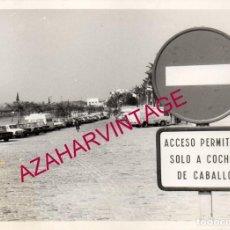 Fotografía antigua: SEVILLA, AÑOS 80, PASEO JUNTO AL RIO GUADALQUIVIR, COCHES ANTIGUOS, 178X128MM. Lote 193984552