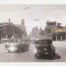 Fotografía antigua: MAGNÍFICA FOTOGRAFÍA. PLAZA CIBELES CON FUENTE, BANCO CENTRAL Y TAXI, MADRID 1955 SB. Lote 194099521