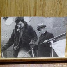 Fotografía antigua: FOTOGRAFIA ANTIGUA DEL SEÑOR GOICOECHEA Y SU MUJER TRAS SU VIAJE A ROMA.URBIS-PRESS. Lote 194149847