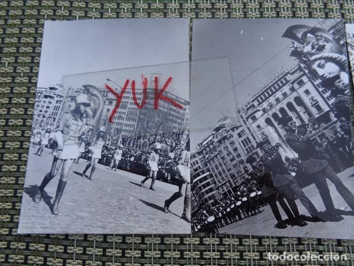 Fotografía antigua: 3 curiosas fotos fallas de valencia - falla plaza del caudillo - 1974 - Desfile guardia civil - Foto 2 - 194243798