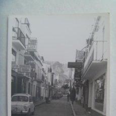 Fotografía antigua: FOTO DE UN CALLE DE PUEBLO CON SEAT 600 MATRICULA DE MALAGA APARCADO. Lote 194245535