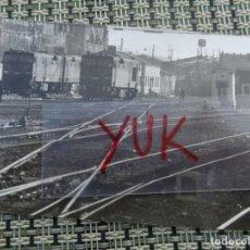 Fotografía antigua: ANTIGUA FOTO DE VIAS DEL TREN CON ALGUNOS TRENES --- AÑOS 60/70. Lote 194266058