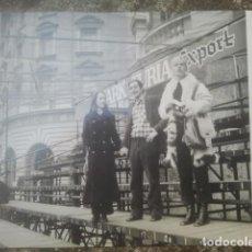 Fotografía antigua: JÓVENES EN FALLAS - VALENCIA, 1971 - PUBLICIDAD CERVEZA STARK TURIA - ANTIGUA FOTOGRAFÍA. Lote 194293226
