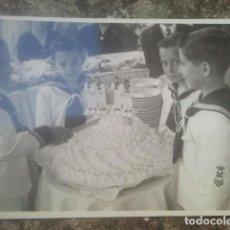 Fotografía antigua: COMUNIÓN - GRACIOSO GRUPO DE NIÑOS VESTIDOS DE MARINEROS - ANTIGUA FOTOGRAFÍA - 1955. Lote 194293365