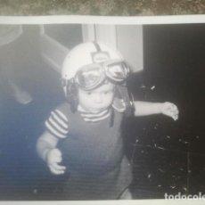 Fotografía antigua: NIÑO CON CASCO Y GAFAS DE MOTORISTA O PILOTO - CON PUBLICIDAD SHELL - ANTIGUA FOTOGRAFÍA - 1971. Lote 194293421