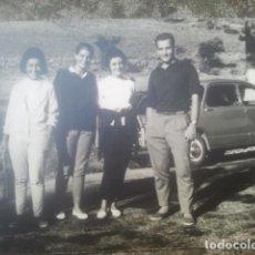 Fotografía antigua: GRUPO DE JÓVENES POSANDO ANTE COCHE SEAT 600 - ANTIGUA FOTOGRAFÍA. Lote 194293508