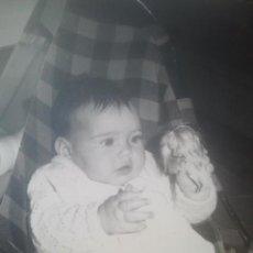 Fotografía antigua: PRECIOSA FOTOGRAFÍA ANTIGUA DE BEBÉ - CON MUÑECA - AÑO 1969. Lote 194293751