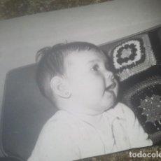 Fotografía antigua: PRECIOSA FOTOGRAFÍA ANTIGUA DE BEBÉ - AÑO 1969. Lote 194293825