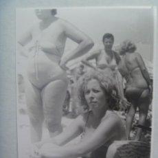 Fotografía antigua: FOTO DE MUJERES EN BAÑADOR EN LA PLAYA. Lote 194302098