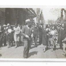 Fotografía antigua: BARCELONA - PROCLAMACIÓ DE LA REPÚBLICA 1931 - RAMBLES - LICEU - 7,8 X 5,1 CM. - P27089. Lote 194353376