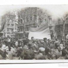 Fotografía antigua: BARCELONA - PROCLAMACIÓ DE LA REPÚBLICA 1931 - RAMBLES - 7,8 X 5,1 CM. - P27089. Lote 194353425