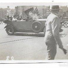 Fotografía antigua: BARCELONA - PROCLAMACIÓ DE LA REPÚBLICA 1931 - PLAÇA CATALUNYA - 7,8 X 5,1 CM. - P27089. Lote 194353457