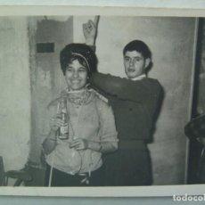 Fotografía antigua: FOTO DE PAREJA EN UNA FIESTA, CON BOTELLIN DE PEPSI-COLA. DE QUILES, SEVILLA. Lote 194359523