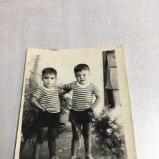 Fotografía antigua: ANTIGUA FOTOGRAFIA - HERMANOS VESTIDOS IGUALES - 6X8CM. Lote 194389881