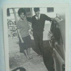 Fotografía antigua: FOTO DE PAREJA JUNTO A UN COCHE SEAT 600 Y SOMBRA DEL FOTOGRAFO. Lote 194493905