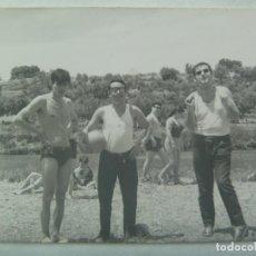 Fotografía antigua: FOTO DE JOVENES CON PELOTA, DOS CON CAMISETAS DE TIRANTAS Y BAÑADOR. Lote 194511043
