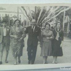 Fotografía antigua: MINUTERO DE FOTOGRAFO DE FERIA : FAMILIA EN EL REAL. Lote 194522440