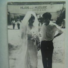 Fotografía antigua: FOTO DE BODA : NOVIOS, DETRAS PUBLICIDAD HIJOS DE MURUBE ( ACEITES DE OLIVA ). Lote 194523803