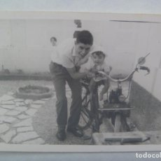 Fotografía antigua: FOTO DE HOMBRE CON BEBE EN UNA BICICLETA CON MOTOR , UNA MOSQUITO. Lote 194527902