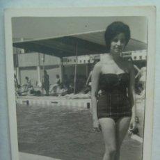Fotografía antigua: FOTO DE SEÑORITA EN BAÑADOR EN LA PISCINA. Lote 194528502