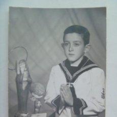 Fotografía antigua: PRECIOSA FOTO DE ESTUDIO DE NIÑO DE PRIMERA COMUNION EN ESTAMPA. ELDA, 11967. Lote 194543796
