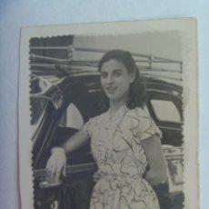 Fotografía antigua: FOTO DE SEÑORITA CON COCHE DE EPOCA, 1954. DE ALBERTO, JEREZ. Lote 194543988