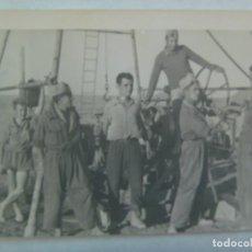 Fotografía antigua: FOTO DE MILITARES CON MONO CON UNA EXTRAÑA MAQUINA, UNO CON PANTALON CORTO. Lote 194544603