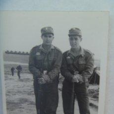 Fotografía antigua: FOTO DE MILITARES DE LA DIVISION ACORAZADA CON PLACA DE CARROS BLINDADOS, CON FUSIL. Lote 194546187