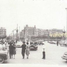 Fotografía antigua: PRECIOSA FOTOGRAFÍA. PUENTE DE MARIA CRISTINA, SAN SEBASTIAN CON URBANO Y ANTIGUOS COCHES 50S SB. Lote 194548511
