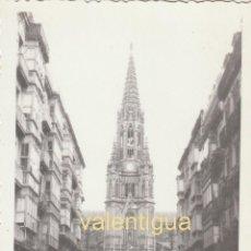 Fotografía antigua: PRECIOSA FOTOGRAFÍA. CATEDRAL DEL BUEN PASTOR, SAN SEBASTIAN. CITROËN 2 CV, SEAT 600 50S SB. Lote 194548578