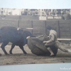 Fotografía antigua: TORERO CITANDO CERCA DEL BURLADERO DE ORDEN PUBLICO 9,5 X 6,5 CM. Lote 194572237