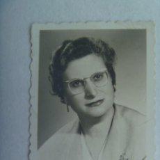 Fotografía antigua: BONITO RETRATO DE SEÑORITA CON GAFAS, AÑOS 50. DE GUINER (?), VALENCIA. Lote 194574175