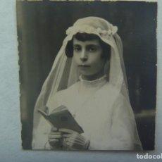 Fotografía antigua: PEQUEÑA FOTO DE ESTUDIO DE NIÑA DE PRIMERA COMUNION. PRINCIPIOS DE SIGLO. Lote 194616978