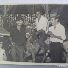 Fotografía antigua: MINUTERO DE FOTOGRAFO DE FERIA : AMIGOS DE CACHONDEO EN CABALLITO, MUÑECA. JEREZ, 1962. Lote 194623342