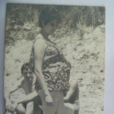 Fotografía antigua: FOTO DE UNA MUJER EMBARAZADA EN BAÑADOR. Lote 194630101