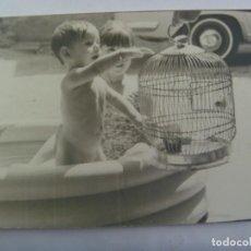 Fotografía antigua: FOTO DE NIÑO TAL SE VE EN UNA PISCINA HINCHABLE CON JAULA Y PAJARITO. Lote 194631417