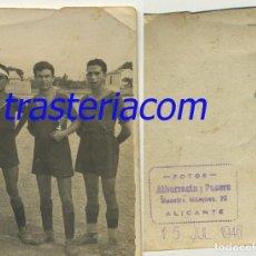 Fotografía antigua: JUGADORES DEL DEPORTIVO OBRAS DEL PUERTO ALICANTE 1946 CON COPA. Lote 194633648
