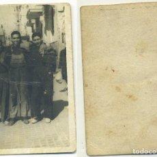 Fotografía antigua: GRUPO DE AMIGOS EN ALFONSO EL SABIO ALICANTE AL FONDO CÚPULA DEL MERCADO 1948 . Lote 194633722