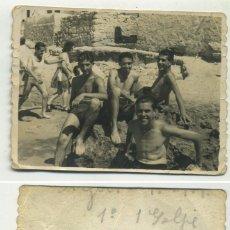 Fotografía antigua: GRUPO DE AMIGOS BAÑÁNDOSE EN CALPE ALICANTE 1948. Lote 194633997