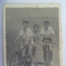 Fotografía antigua: FOTO DE JOVENES EN BAÑADOR EN LA PLAYA EN BICICLETA, 1957. Lote 194648118