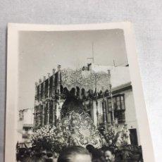 Fotografía antigua: ANTIGUA FOTOGRAFIA - SEMANA SANTA - PASO DE LA ESPERANZA DE TRIANA - SEVILLA 1953 - 6X8CM. Lote 194657185