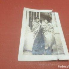 Fotografía antigua: ANTIGUA FOTOGRAFIA DE SEÑORITAS CON MANTON DE MANILA...AÑO ¿?... Lote 194709732