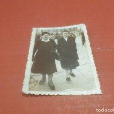 Fotografía antigua: ANTIGUA FOTOGRAFÍA DE DOS SEÑORAS PASEANDO........AÑO ¿?. Lote 194710331