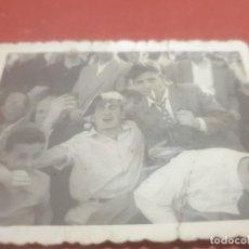 Fotografía antigua: ANTIGUA FOTOGRAFÍA DE DOS AFICIONADOS AL FUTBOL EN EL ANTIGUO CAMPO DE ZATORRE........AÑO ¿?. Lote 194710925