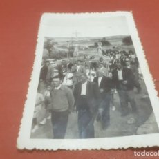Fotografía antigua: ANTIGUA FOTOGRAFÍA DE UNA PROCESION RURAL...........AÑO ¿?. Lote 194711638