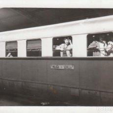 Fotografía antigua: PRECIOSA FOTOGRAFÍA. TREN MALAGA-SEVILLA EN LA ESTACIÓN DE BOBADILLA 1955 SB. Lote 194748213